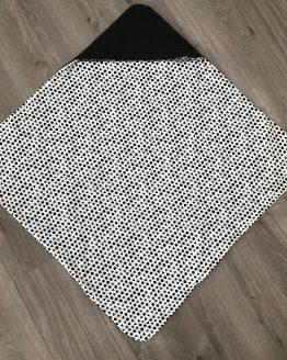 Omslagdoek zwart wit met driehoekjes opengeslagen