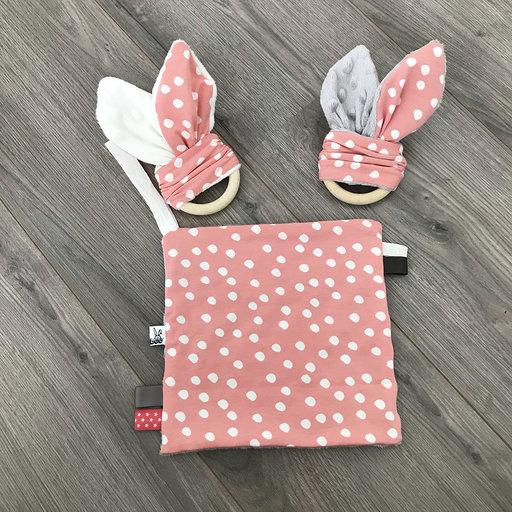 Roze met witte stippen konijnenorenbijtring met knisperfolie