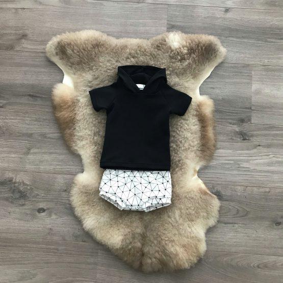 Zwarte-hoodie-korte-broek-set