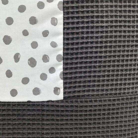 boxkleed-grijs-stippen